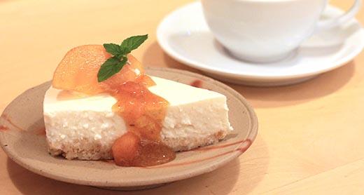 《鳥取県産》自家製柿のラム酒漬とレアチーズケーキ